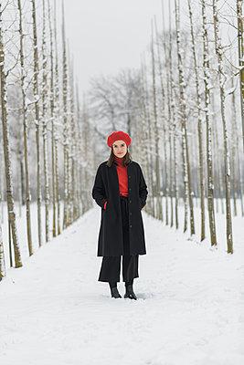 Junge Frau in Winterbekleidung - p1437m1584898 von Achim Bunz