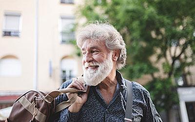 Silver haired senior man, around the city, Madrid / Spain - p300m2290556 von Jose Carlos Ichiro