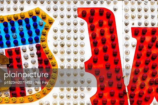 Jahrmarkt, Leuchtreklame - p1523m2071452 von Nic Fey