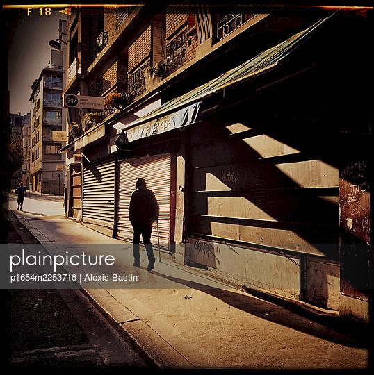 Paris, street scene during lockdown - p1654m2253718 by Alexis Bastin