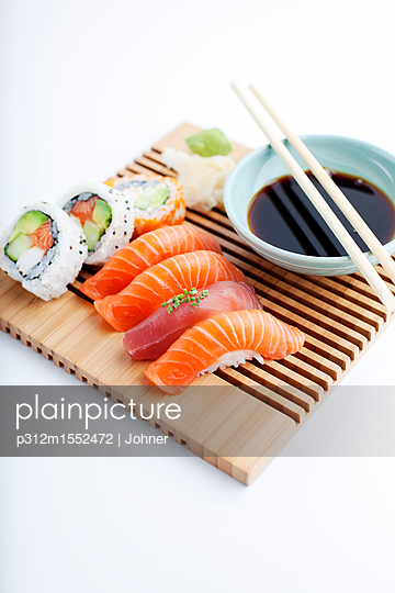 plainpicture | Photo library for authentic images - plainpicture p312m1552472 - Prepared sushi dish - plainpicture/Johner