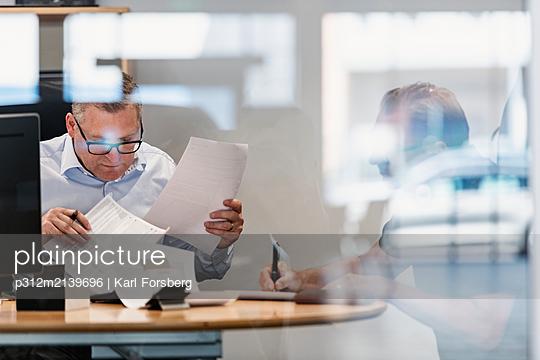 Men in office - p312m2139696 by Karl Forsberg