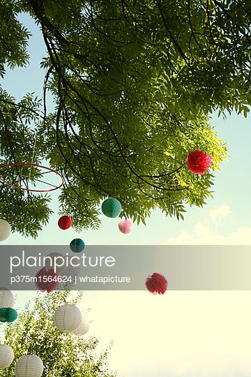 Lampions am Baum - p375m1564624 von whatapicture