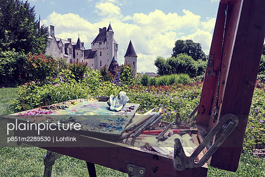 Castle of the Loire valley, artist's palette in the foreground - p851m2289530 by Lohfink