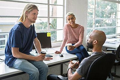 junge Leute im Gespräch - p1156m1572744 von miep