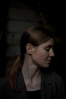 Frau mit geschlossenen Augen, Portrait - p552m2151151 von Leander Hopf