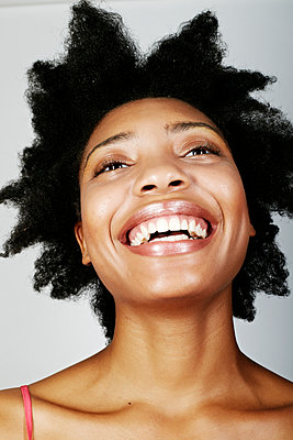 Close up of smiling black woman - p555m1413371 by Peathegee Inc