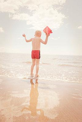 Kleiner Junge am Strand - p597m660835 von Tim Robinson