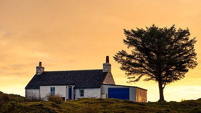 Holiday cottage on the Isle of Mull, Inner Hebrides, Scotland, United Kingdom, Europe - p871m1224968 by Karen Deakin