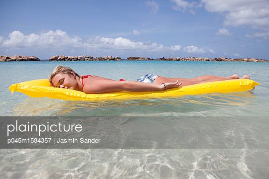 Auf dem Wasser treiben - p045m1584357 von Jasmin Sander
