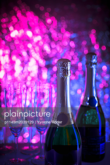 Glasses of champagne - p1149m2039129 by Yvonne Röder