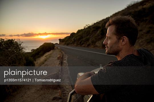 Mann betrachtet den Sonnenuntergang - p1355m1574121 von Tomasrodriguez