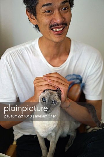 Japaner mit Siamkatze - p1610m2214918 von myriam tirler
