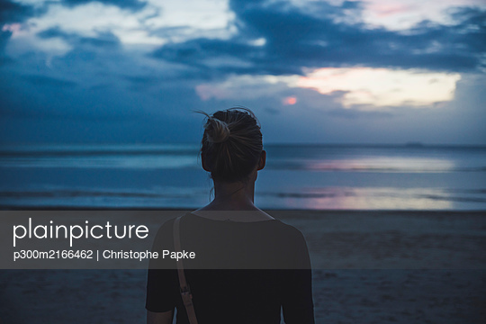 Rear view of woman on the beach at sunset, Koh Lanta, Thailand - p300m2166462 by Christophe Papke