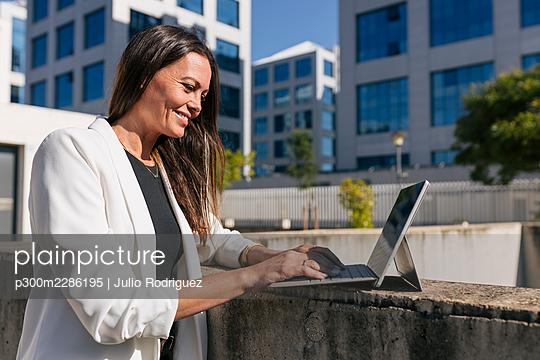 Middle age woman business, Seville, Spain - p300m2286195 von Julio Rodriguez