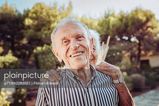 Greece, Senior couple, portrait - p713m2283557 by Florian Kresse