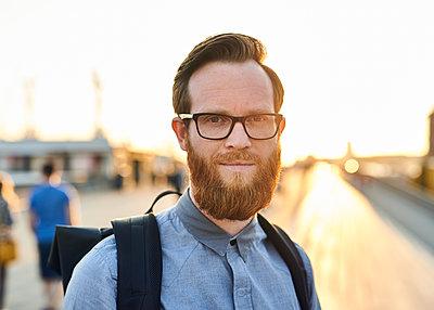 Mann mit Brille und Bart - p1124m1169968 von Willing-Holtz