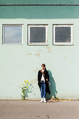 Female photographer leaning on wall - p1185m1080892f by Astrakan