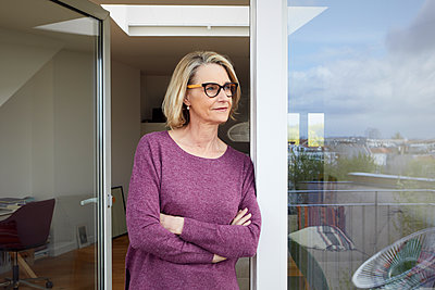 Portrait of confident mature woman on balcony - p300m1505422 by Rainer Berg