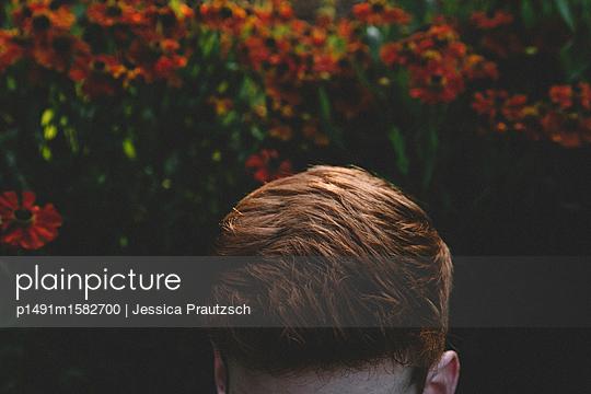 Mann im Blumenfeld - p1491m1582700 von Jessica Prautzsch