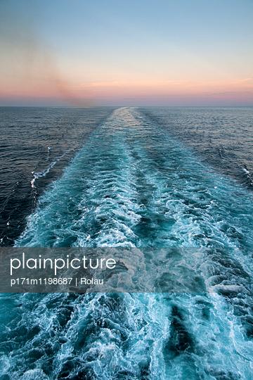 Kielwasser und Abgasfahne eines Kreuzfahrtschiffs - p171m1198687 von Rolau