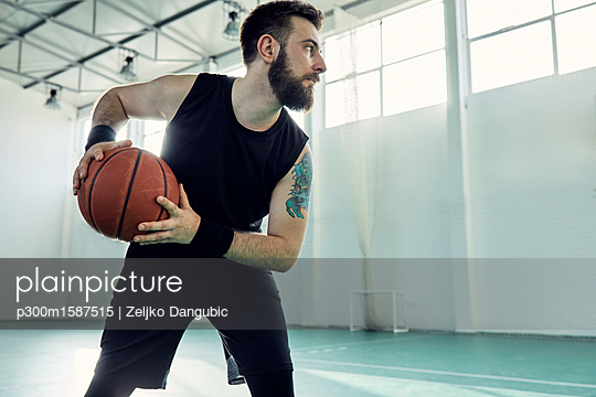 Man playing basketball - p300m1587515 von Zeljko Dangubic