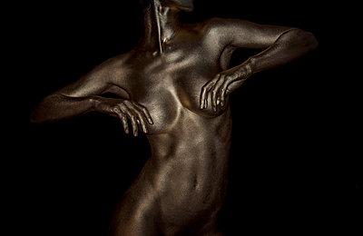Frau in Gold - p427m963525 von R. Mohr