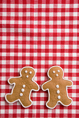 Gingerbread on checked table cloth - p4470369 by Anja Lubitz