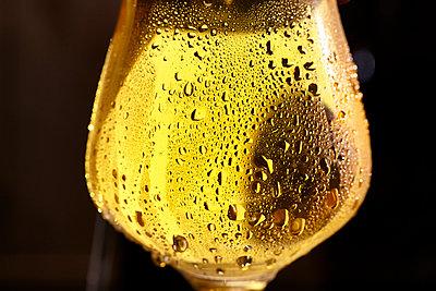 Ein Glas kaltes Bier - p897m1137593 von MICK