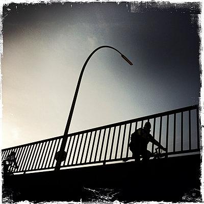 Radfaher auf der Oberbaumbrücke - p979m1146611 von Werner Gritzbach