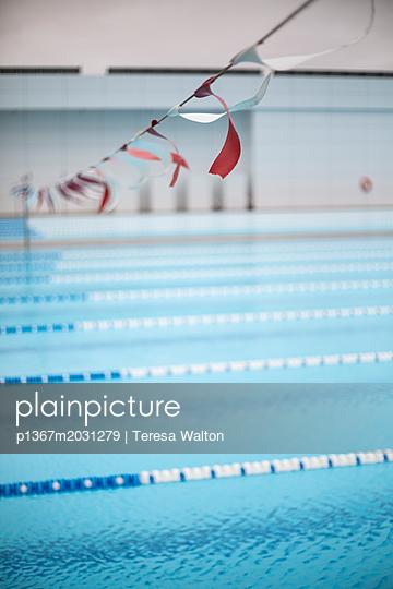 Bahnen im Schwimmbad - p1367m2031279 von Teresa Walton