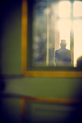 Mann Fenster Spiegel - p1312m1137743 von Axel Killian