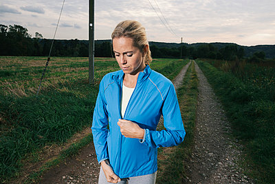 Blonde Frau in Trainingskleidung - p586m971669 von Kniel Synnatzschke