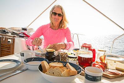 Frühstück auf dem Deck einer Segelyacht - p948m1355285 von Sibylle Pietrek