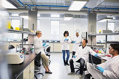 Professor leading science class in laboratory - p1192m1036737f by Hero Images