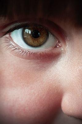Mädchen mit braunen Augen - p1418m2013806 von Jan Håkan Dahlström