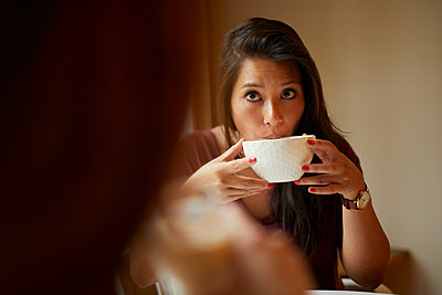 Dark-haired woman drinking coffee - p1491m2176053 by Jessica Prautzsch