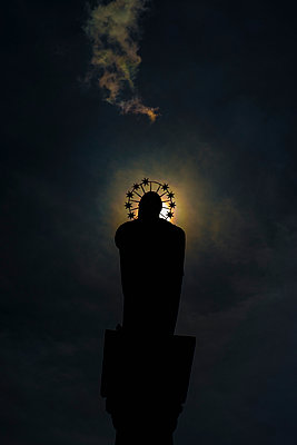 Germany, Duesseldorf, St Mary's Column at moonlight - p300m2219594 by visual2020vision