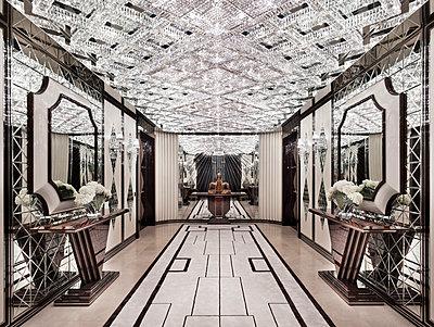 Hallway in luxury villa - p390m1115627 by Frank Herfort