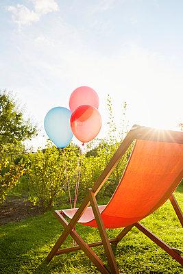Luftballons und Liegestuhl - p464m1496659 von Elektrons 08