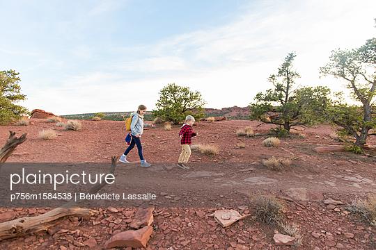Zwei Kinder wandern - p756m1584538 von Bénédicte Lassalle