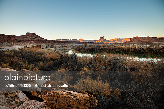 Fluss in felsiger Landschaft, Utah, USA - p756m2253329 von Bénédicte Lassalle
