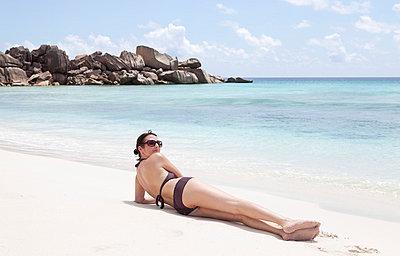 Woman on the beach - p0452392 by Jasmin Sander
