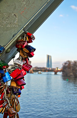 Germany; Hesse; Frankfurt; love locks at bridge pier of Eiserner Steg - p300m919753 by Andreas Koschate