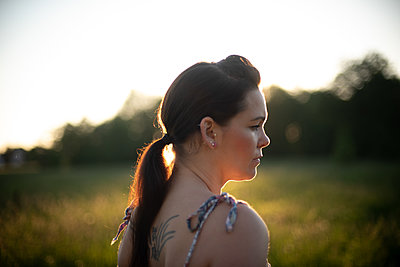 Woman in evening light - p310m2289405 by Astrid Doerenbruch