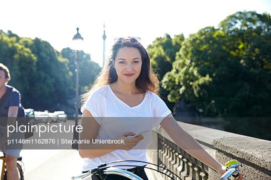 junge Frau mit Fahrrad - p1146m1162876 von Stephanie Uhlenbrock