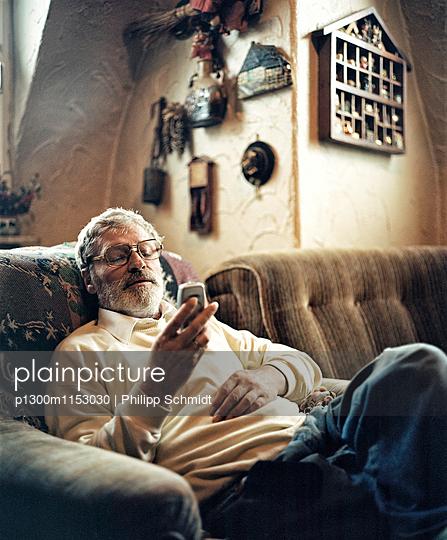 Portrait im Wohnzimmer - p1300m1153030 von Philipp Schmidt