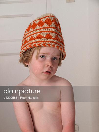 Kleines Mädchen mit Berbermütze - p1320586 von Peer Hanslik