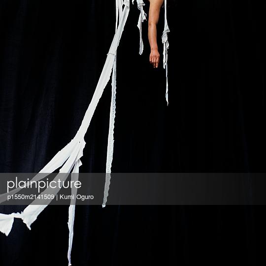 Frauenarm und Fetzen - p1550m2141509 von Kumi Oguro