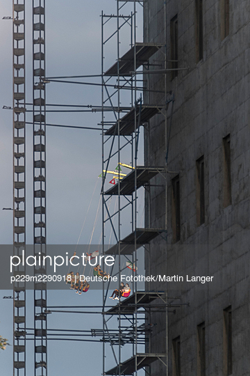 Chain carousel and scaffolding on a building - p229m2290918 by Martin Langer